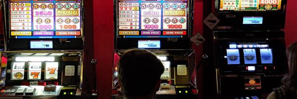 2 suurta eroa kasinopelien ja perinteisten pelien välillä Kasinopelejä voidaan pelata yksin - 2 suurta eroa kasinopelien ja perinteisten pelien välillä